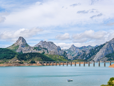 The bridge over the Riano reservoir in Northern Spain. Province of Leon. Castile and Leon. Picos de Europa 免版税图像