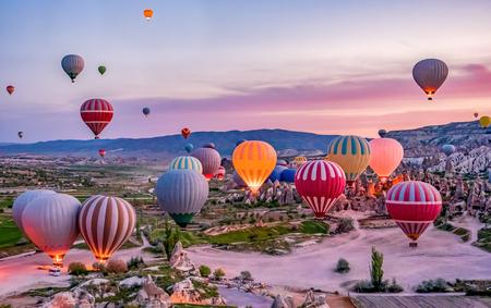 Coloridos globos de aire caliente antes del lanzamiento en el parque nacional de Goreme, Capadocia, Turquía