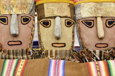 Tres coloridas mascarillas de tela de los mercados de Perú Foto de archivo