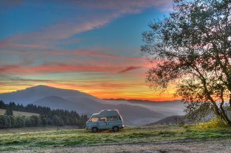 ドイツの黒い森地域の高山を望むキャンプ キャンピングカー