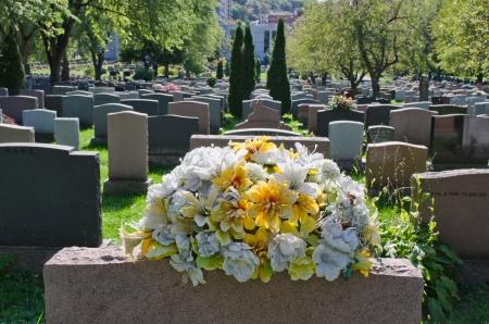 墓石とモントリオール墓地の花