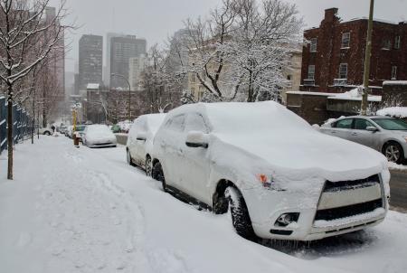 距離、モントリオールの高層ビルと雪に埋められた車