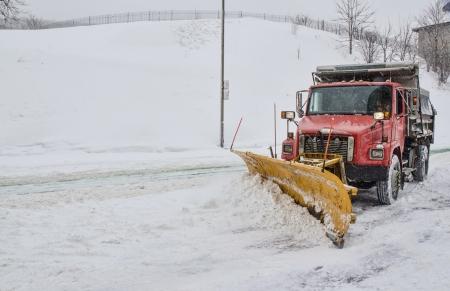 Schneepflug Clearing road in winter storm Standard-Bild