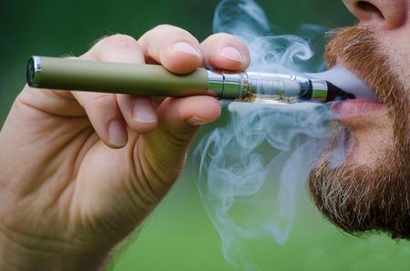 男 vaping 電子タバコのクローズ アップ