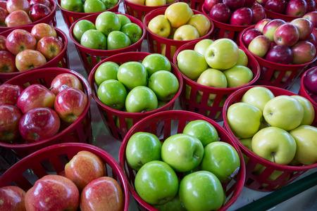 市場で 4 つの異なるリンゴの品種 写真素材