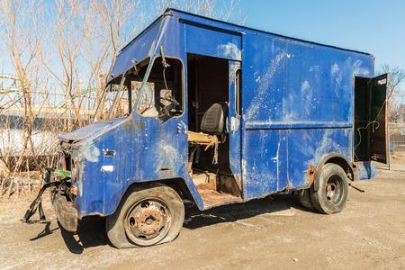 Verlaten verweerde retro blauwe vrachtwagen Stockfoto