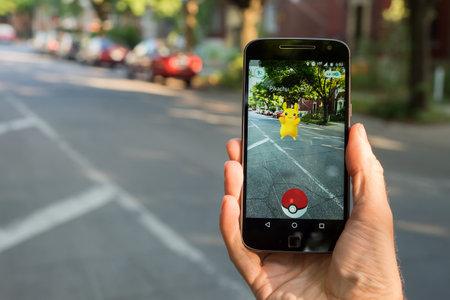 モントリオール、カリフォルニア - 2016 年 8 月 10 日: ポケモン移動をスマート フォンで遊ぶ男のクローズ アップ。2016 年 7 月にリリースされた仮想