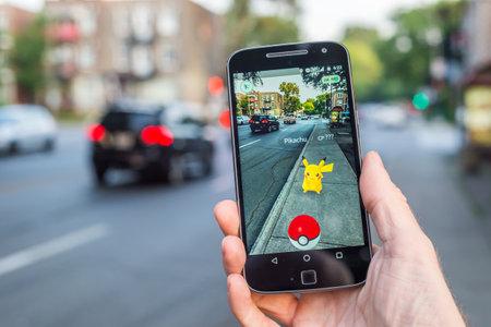 Montreal, CA - 11 de agosto de, 2016: Primer plano de un hombre que juega Pokemon Ir en un teléfono inteligente. Pokemon Go es un juego de realidad virtual publicado en julio de 2016. Editorial