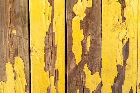 古い風化黄色い木製の壁 写真素材