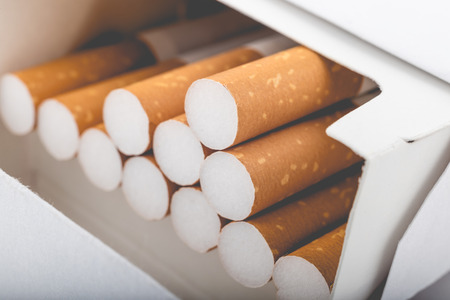 Vue de côté d'un paquet de cigarettes avec filtre fané Banque d'images