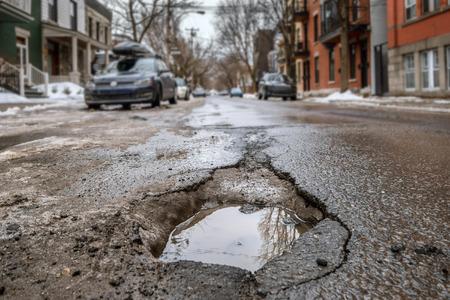 モントリオールの通り、カナダで大規模な深い路面の穴。 写真素材