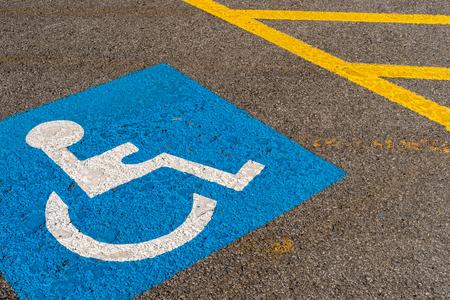 カナダで暗いアスファルト塗装無効青パーキング サイン 写真素材