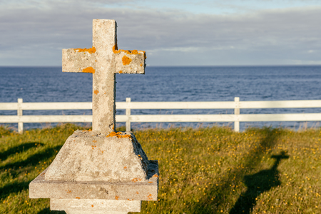 memorial cross: Cemetery in Gaspesie, Quebec, Canada, with the ocean in the background, at sunset. Foto de archivo