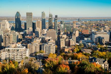 モンロワイヤル山上の Kondiaronk 展望台から秋 2016 年にモントリオールの街並み。