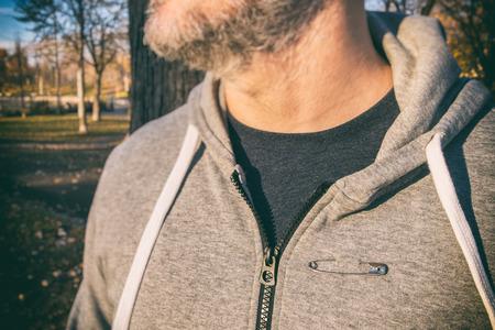 solidaridad: El hombre llevaba un pin de seguridad como un símbolo de la solidaridad