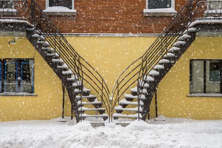 雪のモントリオールで覆われた階段