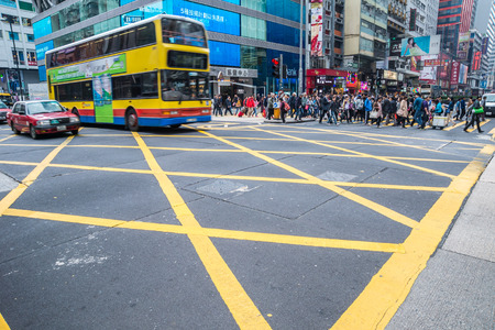 Hong Kong, China - 26 Mars 2015: Crowded street view with traffic and people crossing street. Editorial