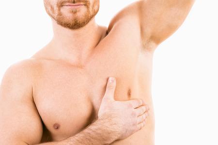 depilacion con cera: Torso masculino muscular con el foco en la axila Foto de archivo