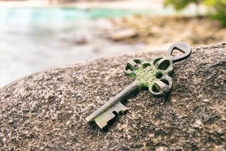 ビーチの岩の上の宝鍵を失った。機会や謎のコンセプトです。