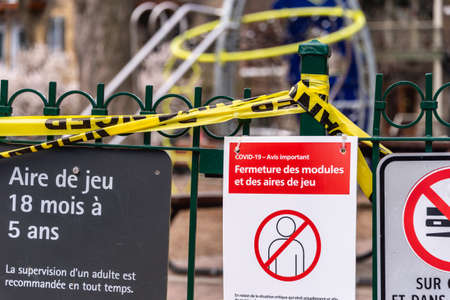 Montreal, CA - 8 May 2020 : a sign alerts residents of Montreal that playgrounds are closed due to COVID-19 pandemic. 新聞圖片