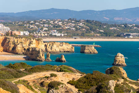 Lagos, Portugal - 7 March 2020: View of Lagos coastline in Portugal, Dona Ana Beach in the distance 新聞圖片