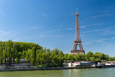 Paris, France - 23 June 2018: View of the Seine river with the Eiffel Tower in the background Éditoriale