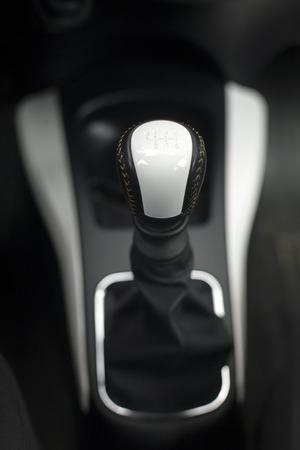 palanca: Palanca de cambio moderno en un coche de lujo, enfoque suave, de cerca Foto de archivo