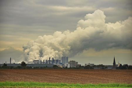 central el�ctrica: t�pico paisaje en el oeste de Alemania con el pueblo y de la planta de lignito de energ�a
