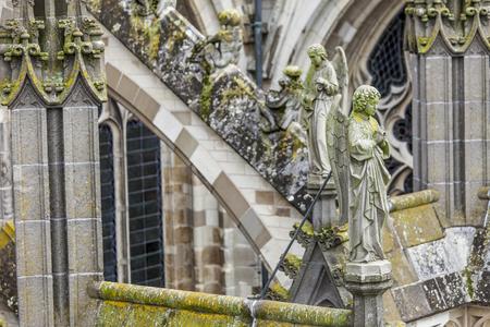 Statuen von dekorativen und Fantasiefiguren auf Sint Jan Kathedrale in Den Bosch, Niederlande Standard-Bild
