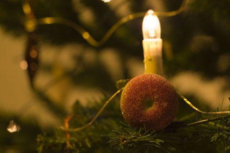 christmas apple: Natale mela con candela in albero. Archivio Fotografico