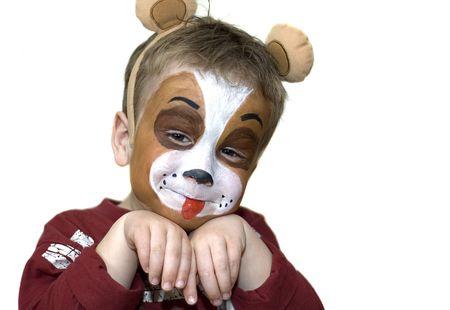 cara pintada: Cute cinco a�os jugando con un perro pintado la cara. Sobre fondo blanco.  Foto de archivo