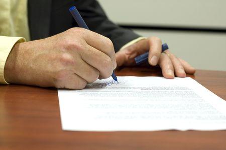 Business man signing a contract Фото со стока
