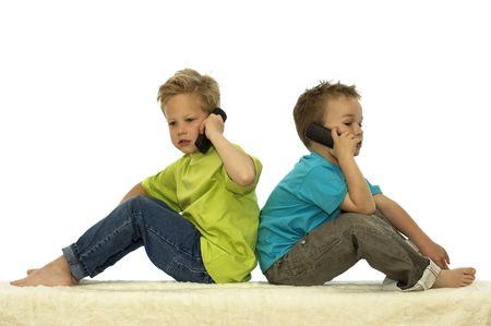 Dos amigos llamando a alguien por teléfono mientras estaba sentado con la espalda contra el otro.  Foto de archivo - 898548