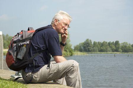 old technology: Senior uomo di una chiamata a casa il fine settimana, durante la sua visita al porto