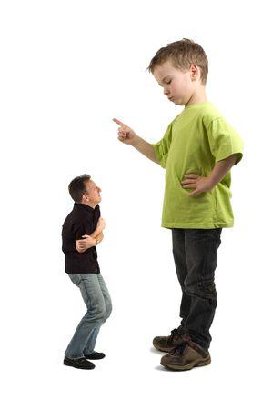 personne en colere: Caricature d'un grand fils pointant son doigt au petit p�re. Ne sont pas toujours les parents dire ce qu'il faut faire!