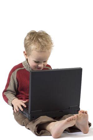 Fünf Jahre alter Junge arbeitet an einem Laptop-Computer.