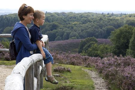 ericaceae: Grandma e nipote che guardano un paesaggio bello.
