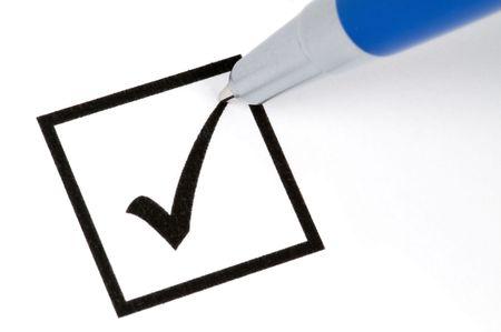 evaluating: L�piz hacer firmar un cheque en una caja cuadrada. Aislado en blanco.