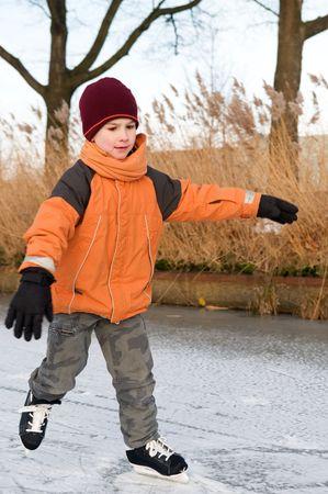 patinaje sobre hielo: Chico patinaje sobre hielo por primera vez