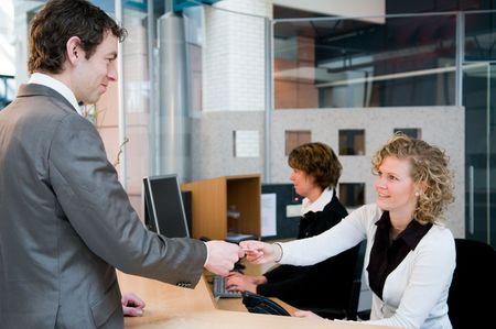 gl�cklicher kunde: Empfang und Rezeption in einem officebuilding Lizenzfreie Bilder