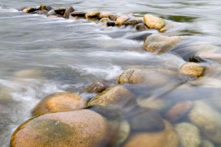 flowing river: El agua que fluye sobre piedras preciosas a trav�s de la Ard�che Francia