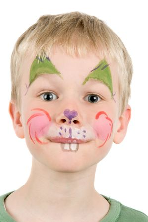 Niño con su rostro pintado como un conejo.