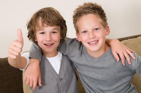brat: Ci dwaj chÅ'opcy sÄ… najlepszymi przyjaciółmi. Przyjaciele na caÅ'e życie! Zdjęcie Seryjne