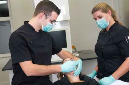 Пациент получает лечение в стоматологической практике
