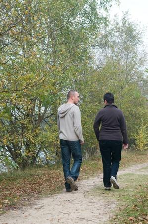 Мужчина и женщина на прогулке в лесу.