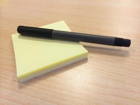 notas adhesivas: Notas adhesivas con la pluma
