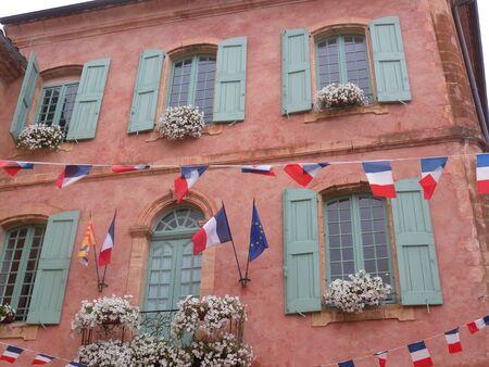 Roussillon village fest hill rustic windows ocher Provence at Louveron France Stockfoto