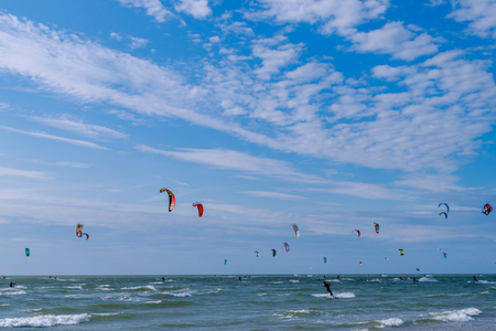 surfen: many kite surfers on the sea