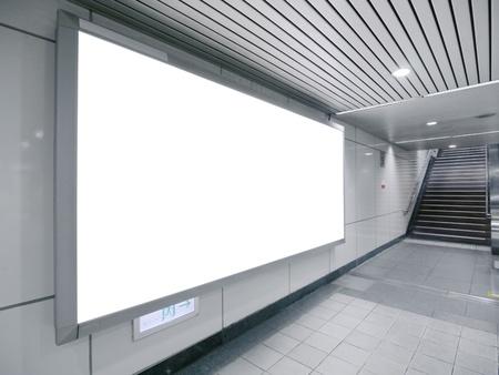 Leeg reclamebord in ondergrondse passage