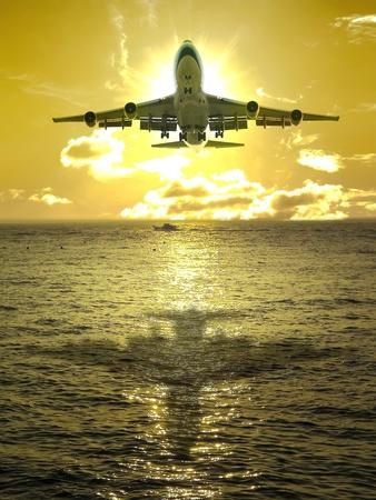 boeing 747: Tramonto e aereo volare oltre oceano Archivio Fotografico
